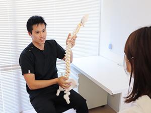 福岡むさし鍼灸整骨院グループの肩こり施術カウンセリング風景