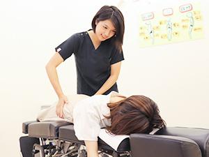 女性施術者の施術写真